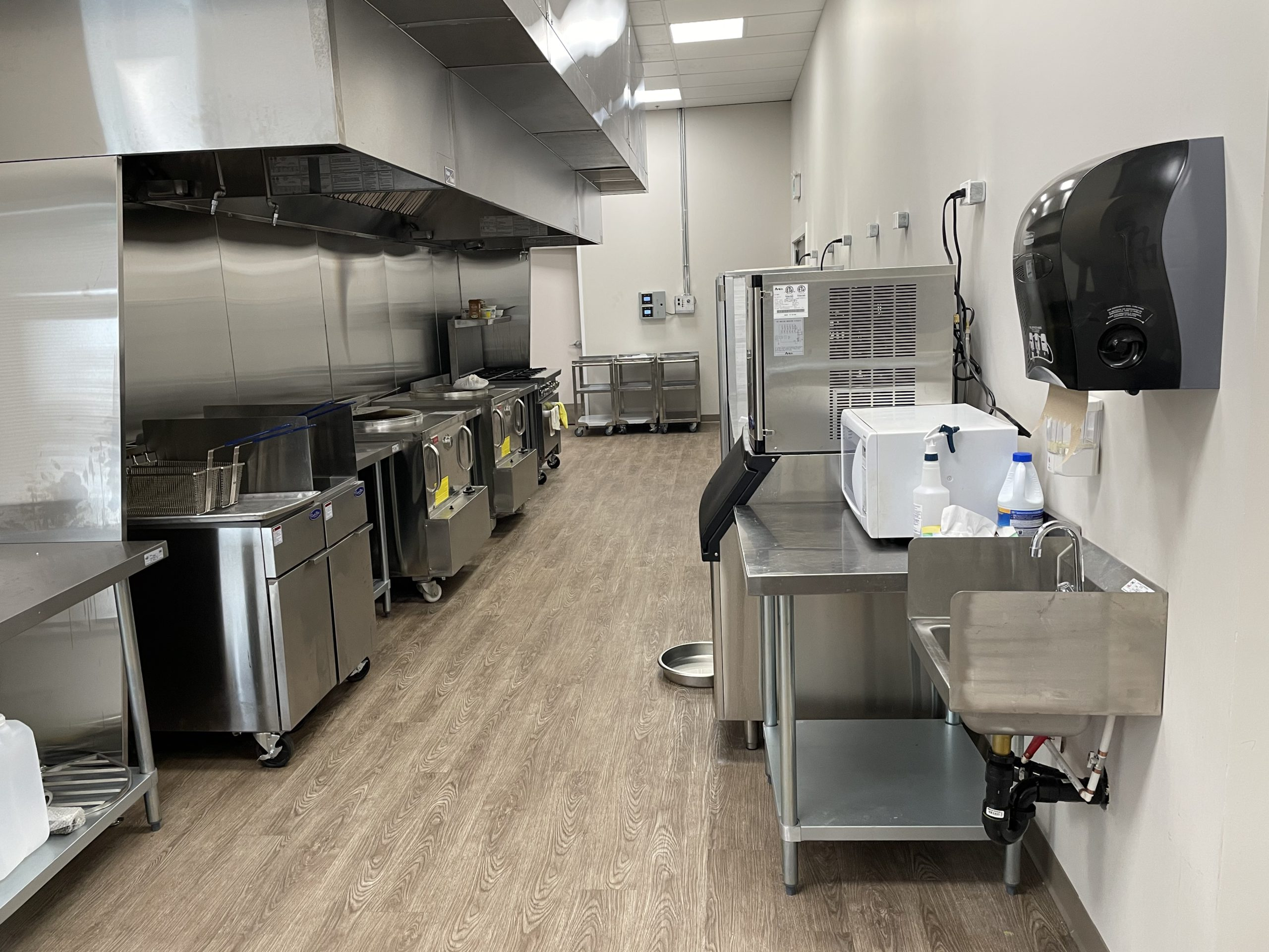 Commercial Kitchen (AHS approved) for rent/lease Sunridge Business Park!!